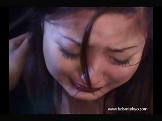 面對日本青少年奴隸女孩在哭泣的色情