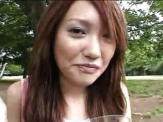 吃暨在食物的日本女孩