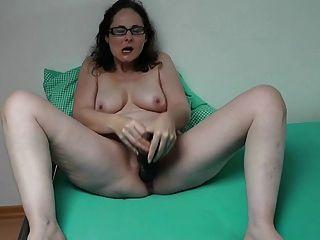 德國milf玩她巨大的假陽具