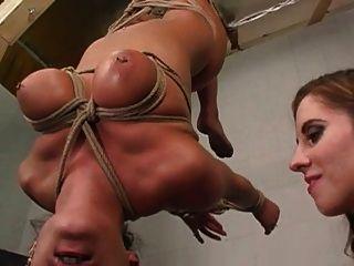女同性戀bdsm女子在奴役山雀吸乳房吸吮