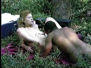 異族夫婦在森林裡有性