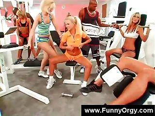 白膚金發的女孩和黑人在健身房