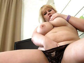 胖的女孩玩她的熱貓