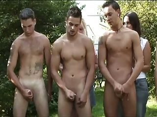 cfnm 5傢伙圈女士在森林裡的混蛋