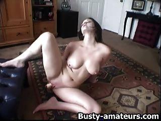 性感詹妮弗玩她剃光的貓