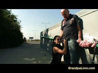 爺爺他媽的一個漂亮的黑髮寶貝和口交