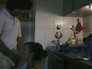 業餘夫婦在廚房裡他媽的