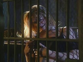 婦女在太空飛船監獄