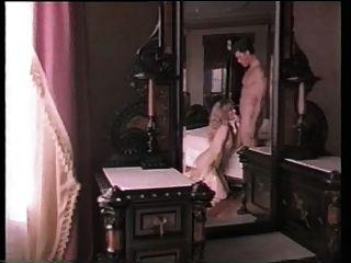 女孩在金戒指的衣服得到性交