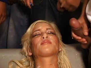 在暨掩蓋她的蕩婦的臉