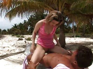 英國蕩婦水晶得到了在沙子上的屁股