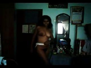 性感圖毛茸茸的泰米爾人印度女孩炫耀她的曲線