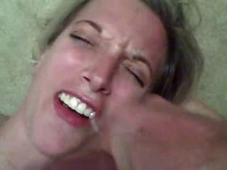 熱的妻子得到一個巨大的負荷暨在她的嘴裡!