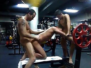 爸爸和2 twinks他媽的在健身房後幾個小時
