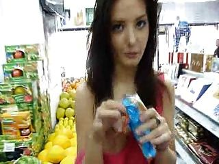 安娜在一家商店參展非常漂亮的胸部和貓
