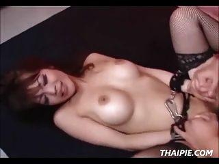 手銬的亞洲粗糙的性交和creampied