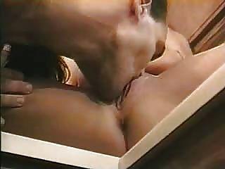 熱的夫婦享受他們的性別在廚房裡