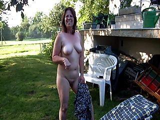clotilde裸體在花園裡