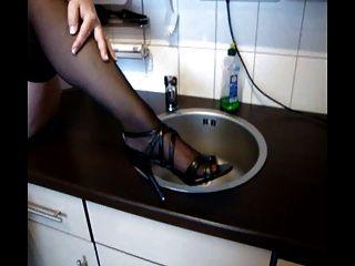 德國老婆婆玩與貓和山雀在廚房裡