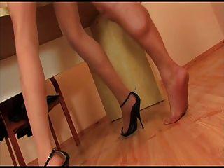 連褲襪女孩與黑色的高跟鞋越來越性交