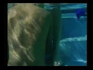 蘭迪風暴熱水下性別在游泳池