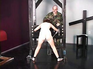 可愛的布魯內特戰俘在被折磨的審訊之前被剝光赤裸