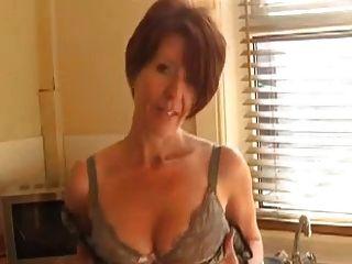 性感辣妹在廚房裡炫耀