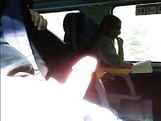 在眼鏡的女孩前面的手淫在火車