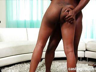 黑色青少年在頑固的肛門鑄件