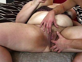 大成熟媽媽吸和他媽的年輕幸運的男孩