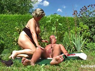 德國爺爺和奶奶他媽的在花園裡