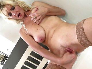 性感的老媽媽與下垂的山雀和渴望的陰道