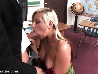 熱的金發女郎上了她的老師課後!
