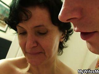 毛茸茸的陰部老母親和男孩性