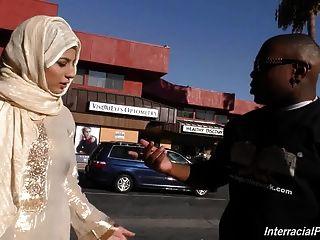 阿拉伯蕩婦女孩吮和他媽的巨大的黑公雞