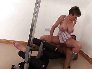性感的豐滿成熟他媽的她的私人教練