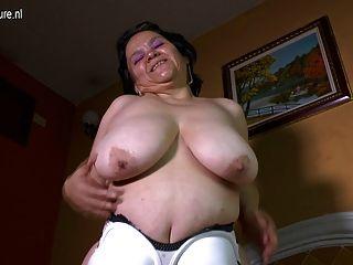有巨大的凹陷的山雀的拉丁老婆做家庭錄影