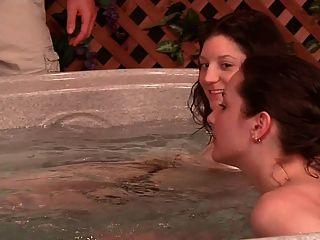 2個傢伙,而不是他們的姐妹在按摩浴缸