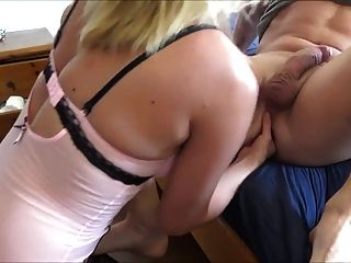 妻子拳她的丈夫