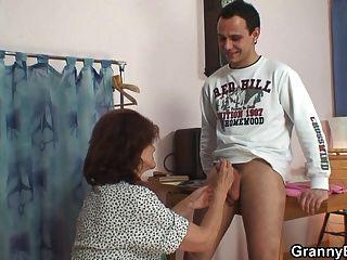 他衝擊縫製70歲的奶奶