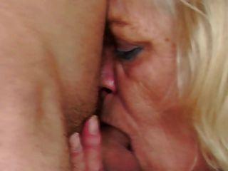 老奶奶懲罰和操她的年輕學生男孩