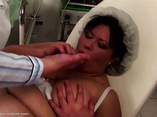 大媽媽得到肛門餅和他媽的在所有的洞