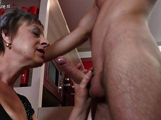 飢渴的成熟蕩婦吮吸和他媽的她的toyboy