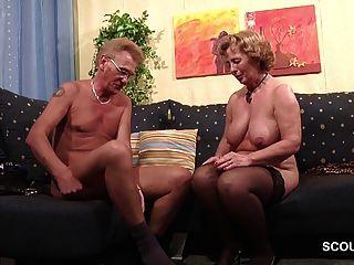 奶奶在襪子硬性與爺爺與面部