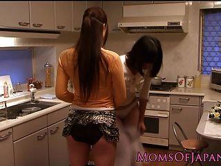 吃貓的日本主婦在廚房裡