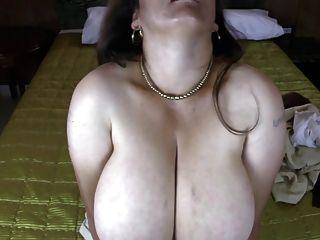 成熟的拉丁媽媽與自然巨大的胸部