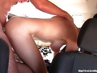 豐滿的女孩他媽的在後座!