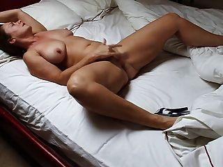 美麗的成熟女人手淫在床上