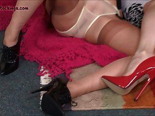 臟的milf女孩手淫和傳播他們的腿為您