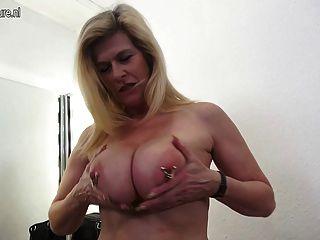大乳房嚴重穿的德國家庭主婦手淫